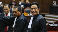 Ketua Tim Hukum Jokowi-Ma'ruf Amin, Yusril Ihza Mahendra (kanan) menghadiri sidang perdana sengketa Pilpres 2019 di Mahkamah Konstitusi (MK), Jumat (14/6/2019). Sidang itu memiliki agenda pembacaan materi gugatan dari pemohon, yaitu paslon 02 Prabowo Subianto-Sandiaga Uno. (Lputan6.com/Johan Tallo)