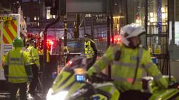 Pihak kepolisian Skotlandia menutup jalan di sekitar lokasi kejadian untuk keperluan investigasi, Skotlandia, Selasa (23/12/2014). (REUTERS/Stringer)