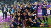 Pemain Lyon berpose bersama usai menjuarai Liga Champions Wanita di Stadion Valeriy Lobanovskiy, Kiev, Ukraina, Kamis (24/5). Lyon mengalahkan Wolfsburg dengan skor 4-1. (AP Photo/Efrem Lukatsky)