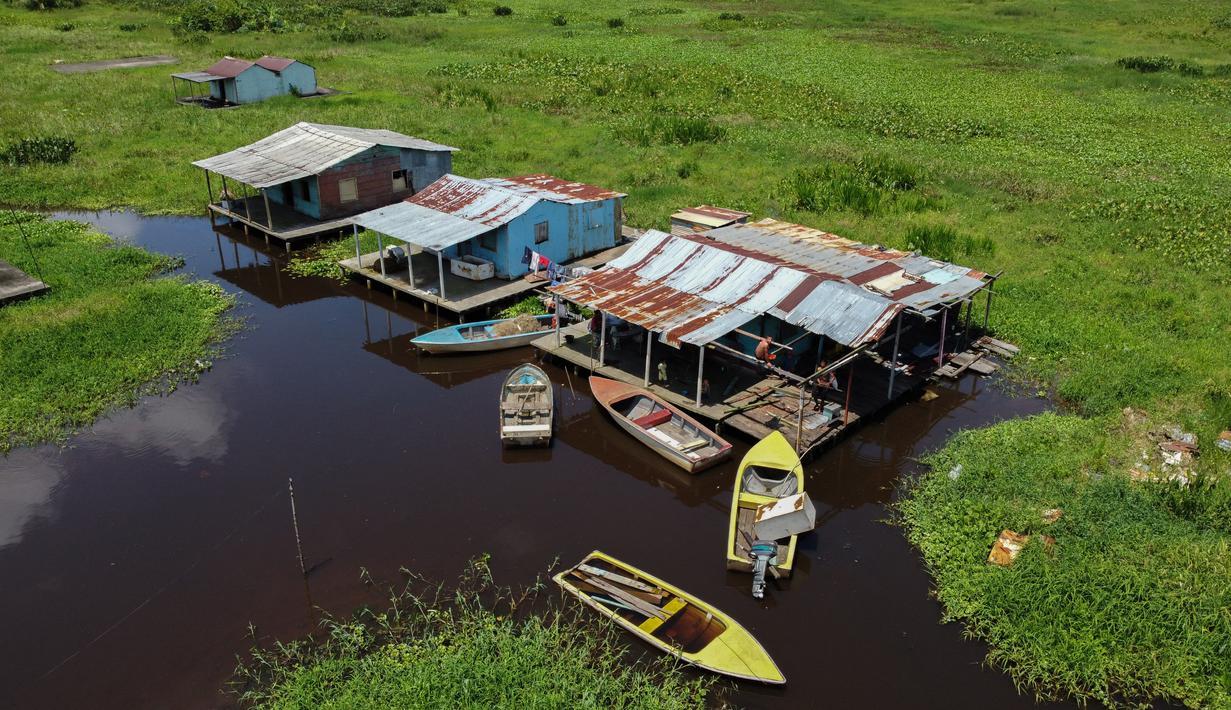 Pemandangan udara rumah panggung di Congo Mirador, negara bagian Zulia, Venezuela, pada 6 September 2021. Kehidupan indah di Congo Mirador, sebuah desa rumah panggung yang tampak mengapung di perairan laguna di Zulia (barat), tenggelam dalam lumpur dan gulma. (Federico PARRA/AFP)