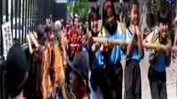 Anggota Ormas mendemo kejaksaan menuntut pelaku pembunuhan temannya segera diusut. Siswa SD Kota Solo menggelar lomba tarik bambu.