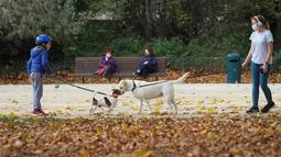 Sejumlah orang mengajak jalan-jalan anjing peliharaan mereka di Cinquantenaire Park di Brussel, Belgia, pada 8 November 2020. Kasus COVID-19 global melampaui angka 50 juta pada Minggu (8/11), menurut lembaga Center for Systems Science and Engineering (CSSE) di Universitas Johns Hopkins. (Xinhua/Zhen