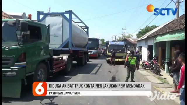 Kecelakaan pada Jumat siang berawal saat truk container yang melaju dari arah Probolinggo menuju Surabaya, tiba-tiba mengerem mendadak. Saat kecelakaan terjadi, sepeda motor yang berada di tengah terjepit kendaraan lainnya, hingga salah seorang di an...