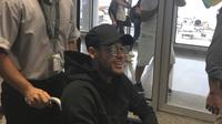 Petugas rumah sakit mendorong Neymar dengan kursi roda di Mater Dei Hospital, Belo Horizonte, Brasil, (2/3/2018). Neymar mengalami retak pada tulang metatarsal saat memperkuat PSG melawan Olympique Marseille. (Claire Dorland Clauzel via AP)