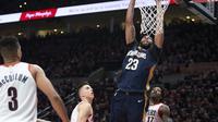 Anthony Davis melakukan dunk saat Pelicans mempermalukan Blazers di gim pertama play-off NBA (AP)