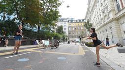 "Dua remaja bermain bulu tangkis di ""jalan sejuk"" yang disediakan di Waltergasse, Wina, 20 Juli 2020. Wina menyediakan 22 ""jalan sejuk"" untuk yang ingin menyejukkan diri, lengkap dengan berbagai fasilitas seperti mainan, alat olahraga, dan air bersih gratis hingga 20 September 2020. (Xinhua/Guo Chen)"