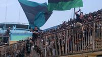 Kelompok suporter ultras PSS, Brigata Curva Sud (BCS), kembali hadir di Stadion Maguwoharjo, Sleman, dalam laga melawan Badak Lampung FC, Selasa (3/12/2019). (Bola.com/Vincentius Atmaja)