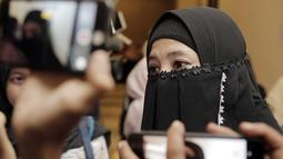 Peggy Melati Sukma saat menghadiri Hijabers Community Day 2019 dikerubungi oleh wartawan. Peggy yang memakai cadar hitam tatap terlihat ramah. Peggy memang terkenal ramah dan santun kepada wartawan yang ingin mendapatkan informasi tentang dirinya (KapanLagi.com/Muhammad Akrom Sukarya)