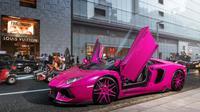 Lamborghini Aventador khusus beredar di jalanan Tokyot Jepang dengan warna pink yang mencolok. (Carscoops)