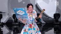 Senyum Via Vallen saat memperoleh penghargaan kategori penyanyi dangdut solo wanita terpopuler dalam Indonesian Dangdut Awards 2018 di Studio 5 Indosiar, Jakarta, Jumat (12/10). (Liputan6.com/Faizal Fanani)