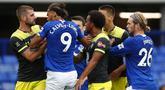 Penyerang Everton, Dominic Calvert-Lewin, bersitegang dengan bek Southampton, Jack Stephens, pada laga lanjutan Premier League pekan ke-34 di Goodison Park, Jumat (10/7/2020) dini hari WIB. Everton bermain imbang 1-1 atas Southampton. (Clive Brunskill/Pool via AP)