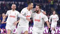 Para pemain Juventus merayakan gol yang dicetak oleh Cristiano Ronaldo ke gawang AS Roma pada laga Serie A di Stadion Olimpico, Roma, Minggu (12/1/2020). AS Roma takluk 1-2 dari Juventus. (AP/Alfredo Falcone)