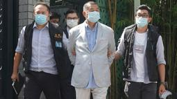 Taipan media Hong Kong, Jimmy Lai (tengah) ditangkap oleh aparat kepolisian di rumahnya di Hong Kong, Senin (10/8/2020). Pendiri surat kabar lokal Apple Daily itu ditangkap atas tuduhan pelanggaran Undang-Undang Keamanan Nasional Hong Kong karena dianggap berkolusi dengan kekuatan asing. (AP Photo)