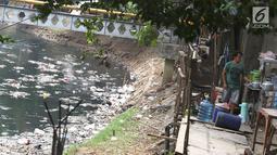 Warga berjualan di samping Kali Krukut yang dipenuhi sampah di kawasan Karet, Jakarta, Rabu (19/9). Kurangnya perhatian pihak terkait menyebabkan Kali Krukut dipenuhi sampah. (Liputan6.com/Immanuel Antonius)