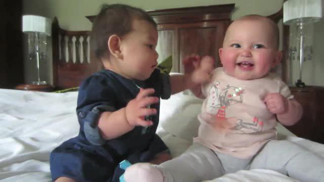 Dua bayi menggemaskan ini saling berinteraksi dengan lucunya.