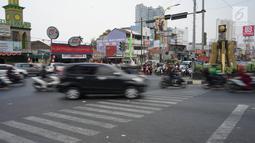 Kondisi lalu lintas di lampu merah persimpangan Ramanda, Depok, Jawa Barat, Rabu (14/8/2019). Pemutaran lagu Wali Kota Depok Mohammad Idris di lampu merah tersebut sebagai bagian dari konsep Joyful Traffic Management (Jotram). (Liputan6.com/Immanuel Antonius)