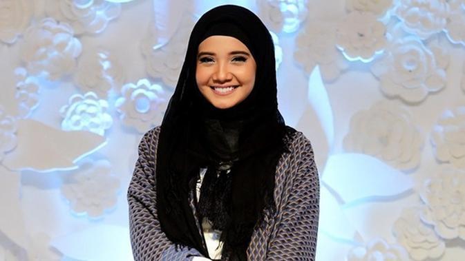 Inspirasi Ootd Hijab Casual Cantik Nuansa Abu Ala Zaskia Sungkar Beauty Fimela Com