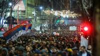 Ribuan orang melakukan aksi protes di Beogard, untuk menuntut kebebasan bersuara di Serbia (AFP Photo)