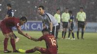 Gelandang Timnas Indonesia, Saddil Ramdani, tampak kecewa usai dikalahkan Jepang pada laga AFC U-19 Championship di SUGBK, Jakarta, Minggu (25/10). Indonesia kalah 0-2 dar Jepang. (Bola.com/Vitalis Yogi Trisna)