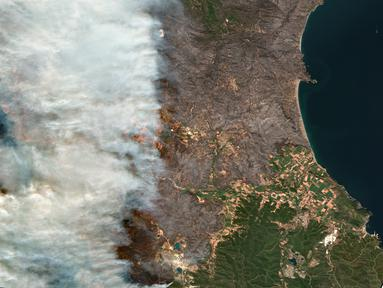 Gambar satelit yang dirilis oleh Maxar Technologies ini menunjukkan kebakaran hutan yang membakar utara Athena, Yunani di pulau Evia (8/8/2021). Pilar asap dan abu yang mengepul mengubah langit berwarna jingga di atas pulau terbesar kedua di Yunani. (Satellite image ©2021 Maxar Technologies via AP)