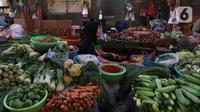 Pedagang sayuran menunggu pembeli di sebuah pasar di Jakarta, Rabu (1/4/2020). Badan Pusat Statistik (BPS) mengumumkan pada Maret 2020 terjadi inflasi sebesar 0,10 persen, salah satunya karena adanya kenaikan harga sejumlah makanan, minuman, dan tembakau. (Liputan6.com/Angga Yuniar)
