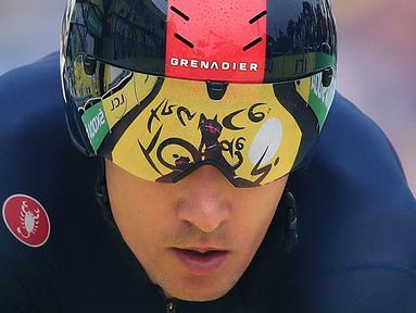 Pembalap Tim Ineos Grenadiers, Michal Kwiatkowski melintasi garis finis pada etape ke-5 balap sepeda Tour de France 2021 kategori time trial denga menempuh jarak 27 km, dari Change menuju Laval, pada 30 Juni 2021. (AFP/Pool/Christophe Petit Tesson)