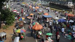 Deretan pedagang asongan berjejer di sekitaran Jalan Medan Merdeka Barat, Jakarta, Kamis (27/6/2019). Massa yang melakukan aksi terkait sidang putusan perselisihan hasil Pilpres 2019 memberi keuntungan bagi para pedagang. (Liputan6.com/Helmi Fithriansyah)