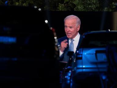 Penonton menyaksikan dari mobil mereka ketika calon presiden dari Partai Demokrat, Joe Biden, terlihat pada layar monitor, berbicara dalam kampanye secara drive-in yang diselenggarkan CNN di Moosic, Pennsylvania, Kamis (17/9/2020). (AP Photo/Carolyn Kaster)