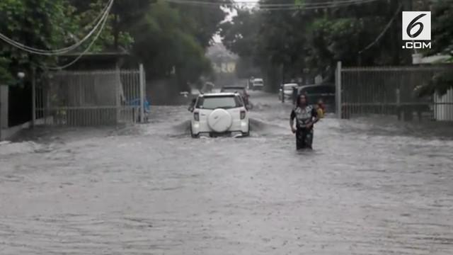 Jalanan di beberapa daerah macet karena tergenang air.