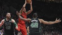 Guard Portland Trail Blazers CJ McCollum berusaha mengumpan bola pada laga NBA 2017-2018 melawan Boston Celtics di Moda Center, Jumat (23/3/2018) atau Sabtu (24/3/2018) WIB. (AP Photo/Steve Dykes)