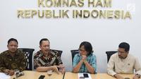 Ketua Komnas HAM, Ahmad Taufan Damanik (kedua kiri) menyampaikan keterangan terkait pelaksanaan Pemilu 2019 di Jakarta, Kamis (18/4). Komnas HAM mengapresiasi seluruh proses hingga pelaksanaan Pemilu 2019 yang dinilai mengakomodir hak-hak minoritas dan disabilitas. (Liputan6.com/Helmi Fithriansyah)