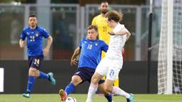 Pemain Italia Nicola Barella (kiri) berebut bola dengan pemain Republik Ceko Alex Kral pada pertandingan persahabatan internasional di Bologna, Italia, Jumat (4/6/2021). Italia menang 4-0. (AP Photo/Antonio Calanni)