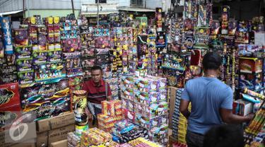 Seorang pedagang menjual petasan di Pasar Asemka, Jakarta, Selasa (27/12). Jelang perayaan tahun baru 2017 sejumlah pedagang mulai menjajakan berbagai jenis petasan. (Liputan6.com/Faizal Fanani)