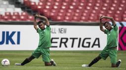 Para pemain Timor Leste melakukan pemanasan saat latihan di SUGBK, Jakarta, Senin (12/11). Latihan ini persiapan jelang laga Piala AFF 2018 melawan Timnas Indonesia. (Bola.com/Vitalis Yogi Trisna)