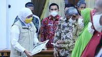 Gubernur Jawa Timur Khofifah Indar Parawansa menyalurkan bantuan langsung tunai dana desa (Foto: Liputan6.com/Dian Kurniawan)