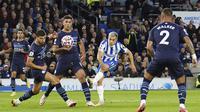 Pada menit ke-17 Brighton and Hove Albion mendapatkan peluang menyamakan skor. Tendangan Leandro Trossard masih melebar di kanan gawang Manchester City yang dikawal Ederson. (PA via AP/Gareth Fuller)