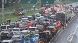 Liburan Natal membuat kawasan Puncak, Bogor, mengalami kemacetan, Jawa Barat, Kamis (25/12/14). (Liputan6.com/Herman Zakharia)
