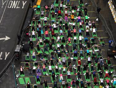 Yoga di Times Square New York