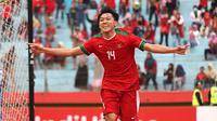 Selebrasi pemain Timnas Indonesia U-19, Feby Eka, seusai menjebol gawang Timnas Thailand U-19 saat perebutan peringkat ketiga Piala AFF U-19 2018 di Stadion Gelora Delta, Sidoarjo, Sabtu (14/7/2018). (Bola.com/Aditya Wany)
