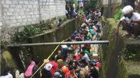 Ketika warga Kota Ambon berebutan menyuling bahan bakar pesawat. (Liputan6.com/Abdul Karim)