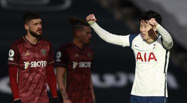 Striker Tottenham Hotspur, Son Heung-Min berselebrasi usai mencetak gol ke gawang Leeds United pada pertandingan lanjutan Liga Inggris di Tottenham Hotspur Stadium di London (2/1/2021). Penyerang asal Korea Selatan itu berhasil mencetak golnya yang ke-100 untuk Spurs. (AFP/Pool/Ian Walton)