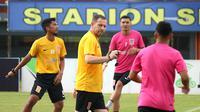 Dejan Antonic memimpin skuat Borneo FC berlatih di Stadion Segiri, Samarinda. (Bola.com/Aditya Wany)
