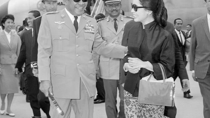 Presiden Indonesia Achmed Sukarno disambut oleh istri Dewi Sukarno yang tiba sehari sebelumnya di Bandara Orly, Paris, 01 Juli 1965. Sukarno adalah presiden pertama Indonesia yang diberi kemerdekaan pada tahun 1945. (AFP PHOTO)