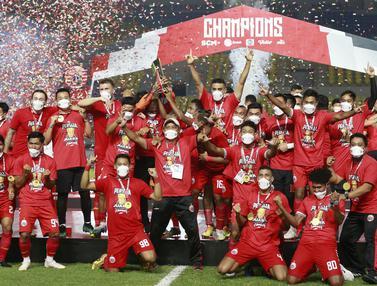 FOTO: Juara, Persija Angkat Trofi Piala Menpora 2021