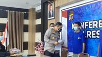 Kapores Bantul merilis Tersangka EK seorang mahasiswa dan Ustad di salah satu Ponpes Bantul. Tersangak mengakui telah melakukan oral seks kepada kedua santri laki-laki di ranjang miliknya.