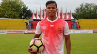 Pemain PS TNI, Manahati Lestusen, bersiap melepas masa lajang. (Bola.com/Permana Kusumadijaya)