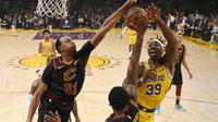 Dwight Howard (no 39) mencoba memasukkan bola saat Lakers bertemu Cavaliers (AP)