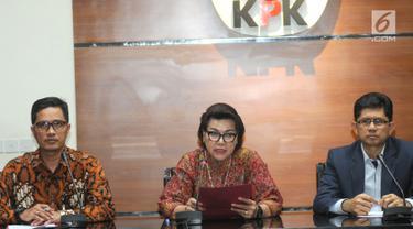 Wakil Ketua KPK Basaria Panjaitan (tengah), Juru Bicara KPK Febri Diansyah, dan Wakil Ketua KPK Laode M Syarif memberi keterangan pers terkait OTT Bupati Muara Enim di Gedung KPK, Jakarta, Selasa (3/9/2019). KPK mengamankan 350.000 dollar AS terkait suap 16 proyek. (merdeka.com/Dwi Narwoko)
