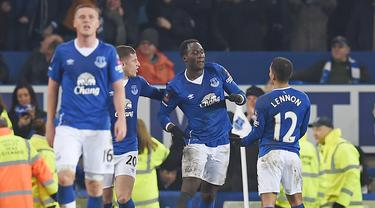 Pemain Everton, Romelu Lukaku (tengah)  merayaka golnya ke gawang Chelsea pada perempat final Piala FA di Goodison Park, Liverpool, Minggu (13/3/2016) dini hari WIB. (AFP/Paul Ellis)