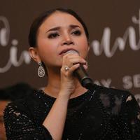 Rossa merasa mendapatkan anugerah sebagai penyanyi. (Deki Prayoga/Fimela.com)